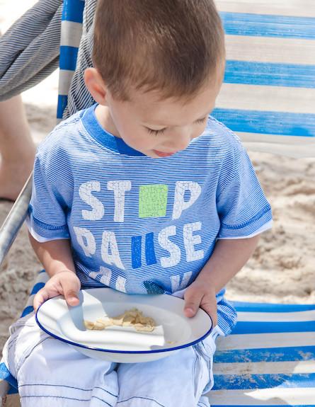 הפקת קיץ. ילד מחזיק צלחת (וידאו WMV: נירית גור קרבי, living)