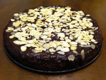עוגת שוקולד עם תפוחי עץ (צילום: אסי עזר, אוכל טוב)