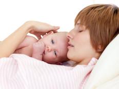 אמא מניחה תינוק על החזה (צילום: אימג'בנק / Thinkstock)