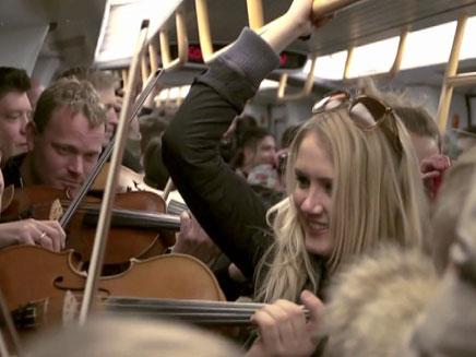 צפו: הפתעה לנוסעי הרכבת התחתית (צילום: חדשות 2)
