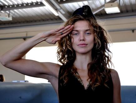 """אנלין מקקורד בבסיס חיל האוויר (צילום: דובר צה""""ל, באדיבות גרעיני החיילים)"""