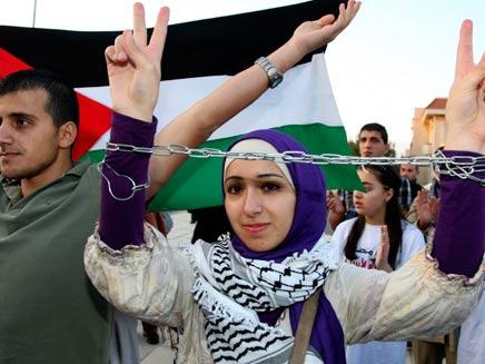 פלסטינים מפגינים. ארכיון (צילום: רויטרס)
