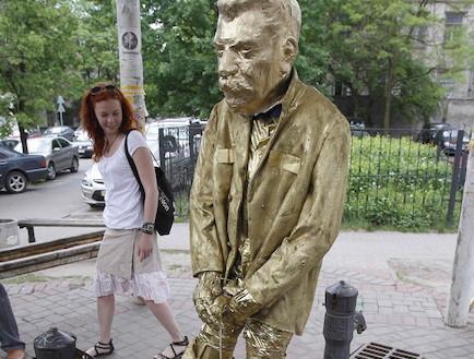 פסל סטאלין המשתין