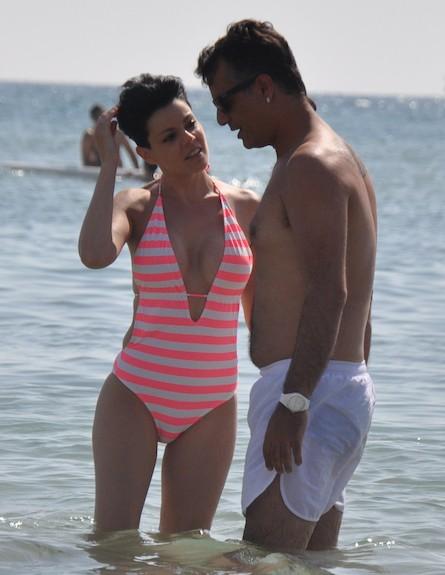 דנה רון מבלה בבגד ים (צילום: צ'ינו פפראצי)
