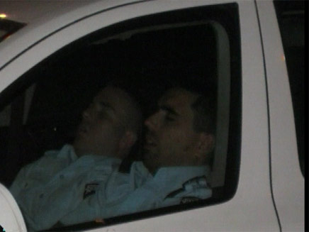 נרדמו בשמירה. השוטרים ישנים (צילום: חדשות 2)