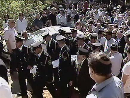 """הלוויתו של עזרא ז""""ל, היום בכוכב יאיר (צילום: חדשות 2)"""