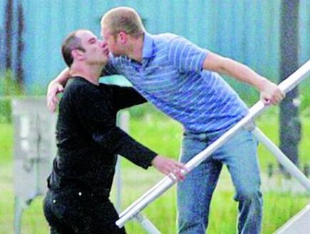 ג'ון טרבולטה מנשק גבר אחר