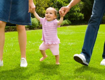 תינוקת הולכת (צילום: אימג'בנק / Thinkstock)
