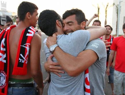 קרלוס צ'קאנה הנרגש מקבל אהבה מהאוהדים (שי לוי) (צילום: מערכת ONE)