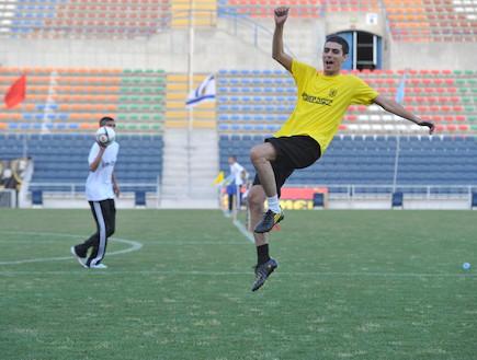 קותי סבג משחק כדורגל (צילום: אביעד וייצמן)