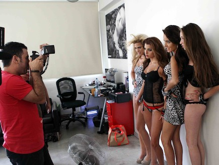 בנות היפה והחנון מצטלמות לקמפיין (צילום: עודד קרני)