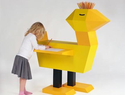 משחקי ילדים, שולחן כתיבה בצורה אפרוח (וידאו WMV: מתוך האתר: www.buy-sellf-zebra3.blogspot.com)