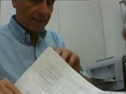 """ד""""ר בכר בפעולה (צילום: חדשות 2)"""