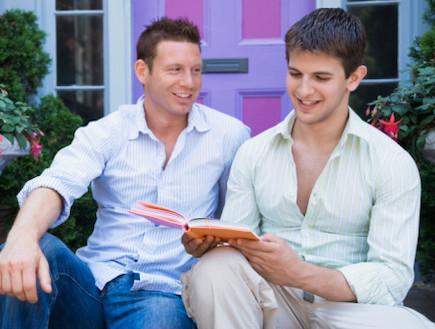 בחורים קוראים ספר