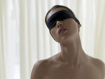 אישה עם כיסוי עיניים (צילום: Bob Thomas, GettyImages IL)