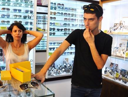 קותי סבג קונה משקפיים (צילום: צ'ינו פפראצי)