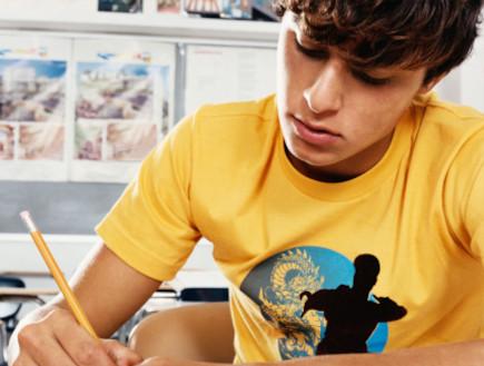 בחור צעיר כותב (צילום: אימג'בנק / Thinkstock)