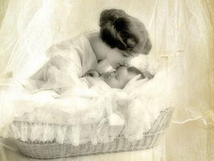 עריסה של פעם. אישה ותינוק שחור לבן (צילום: קרן שביט)