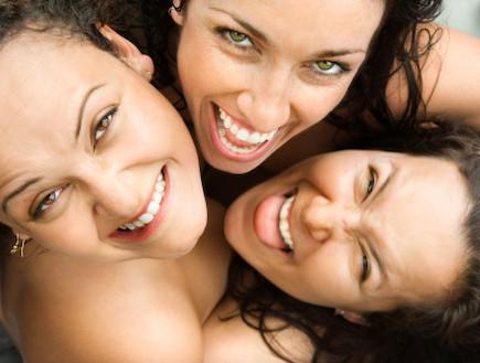 נשים מחובקות (צילום: אימג'בנק / Thinkstock)