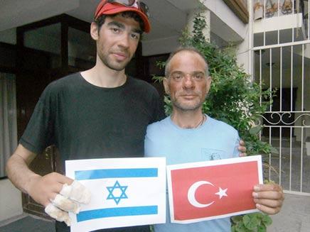 המטייל נדב בן יהודה עם המטפס הטורקי (צילום: חדשות 2)