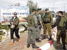 חיילי מגב בכניסה לבית אריה (צילום: חדשות 2)
