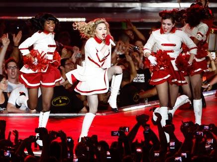 """המלכה על הבמה באיצטדיון ר""""ג (צילום: רויטרס)"""