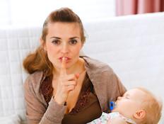 אמא מחזיקה תינוק מבקשת שקט