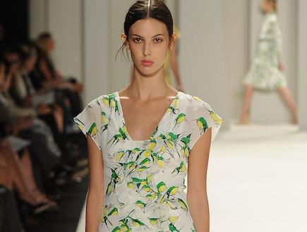 שמלה בהדפס ציפורים (צילום: Frazer Harrison, GettyImages IL)