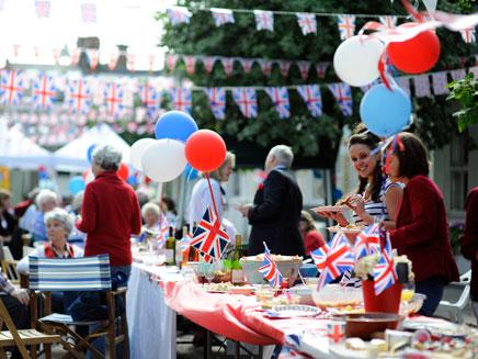 חגיגות בלונדון למלכה (צילום: חדשות 2)