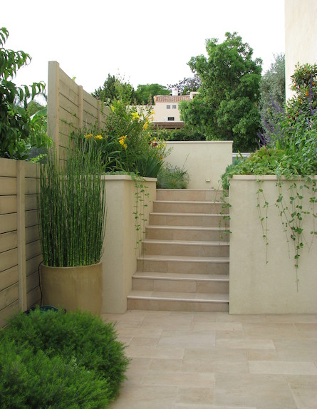מדרגות בגינה לאחר שיפוץ (צילום: עתר ארזי, living)