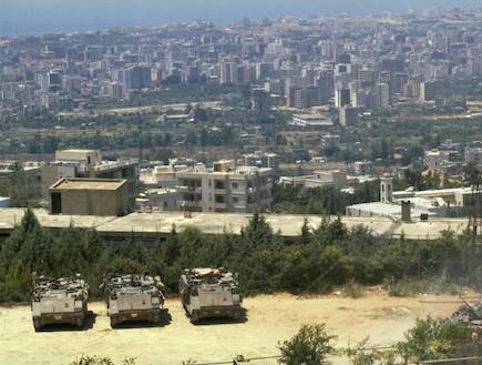 טנקים ישראלים משקיפים על ביירות