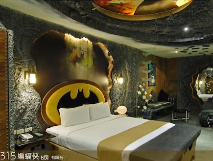 החדר של המלון שנקרא - הבאטקייב או בעיברית מערת העטלף