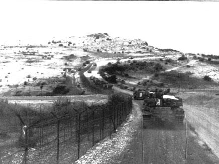 """הכוח בתנועה לקראת חציית הגבול (צילום: ארכיון צה""""ל ומערכת הביטחון)"""