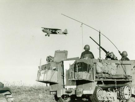 """כוחות קרקע של חטיבה 37 על רקע מטוס סיור (צילום: אתר צה""""ל)"""