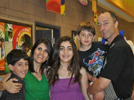 יפית בוטווין עם ילדיה ובעלה (צילום: פייסבוק)