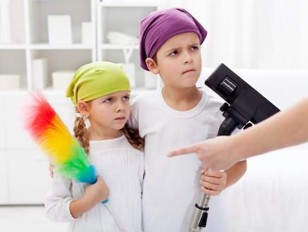הורה נוזף בילדים לעשות מטלות בבית (צילום: אימג'בנק / Thinkstock)
