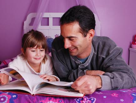 אבא מקריא ספר לבתו (צילום: אימג'בנק / Thinkstock)