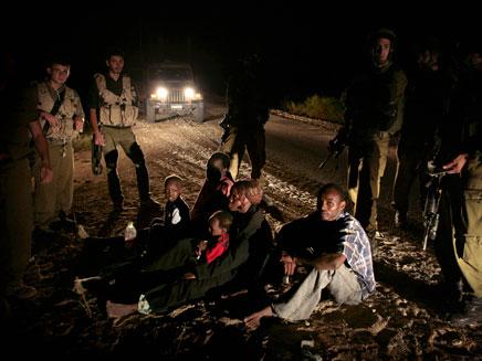 """מסתנני עבודה נעצרים בידי חיילי צה""""ל. צילום ארכיון (צילום: רויטרס)"""