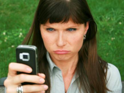אישה עם טלפון סלולרי (צילום: אימג'בנק / Thinkstock)