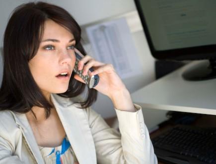אישה מבוהלת מדברת בטלפון (צילום: אימג'בנק / Thinkstock)