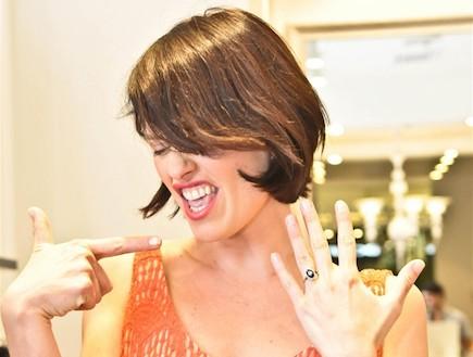 עדי נוימן עם טבעת אירוסין (צילום: יעלי)