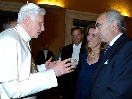 סערה בכס הקדוש. נשיא הבנק עם האפיפיור (צילום: AP)