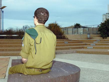 """חייל מסתכל על שקיעה (צילום: אורי ברקת, עיתון """"במחנה"""")"""