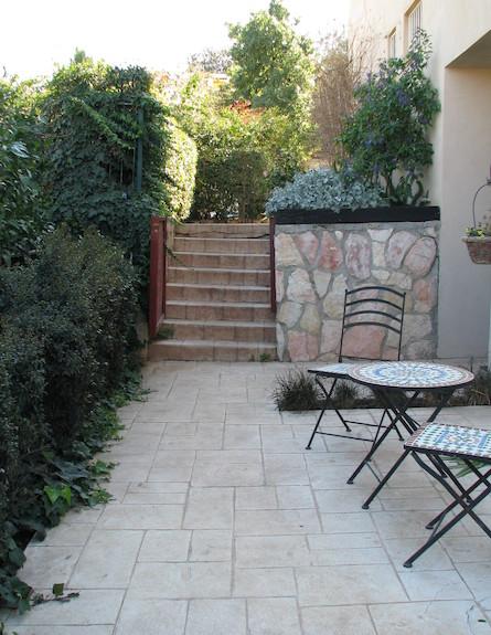 מדרגות בגינה לפני שיפוץ (צילום: עתר ארזי)