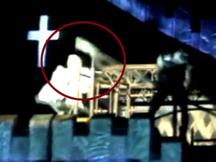 צפו: כוכבת הפופ סופגת מוט בראש (צילום: חדשות 2)