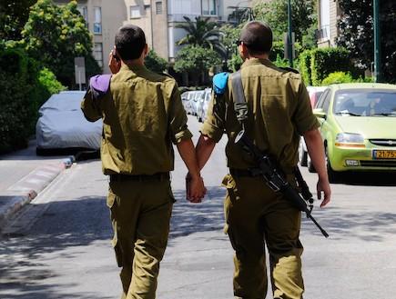 """חיילים מחזיקים ידיים (צילום: פייסבוק צה""""ל)"""