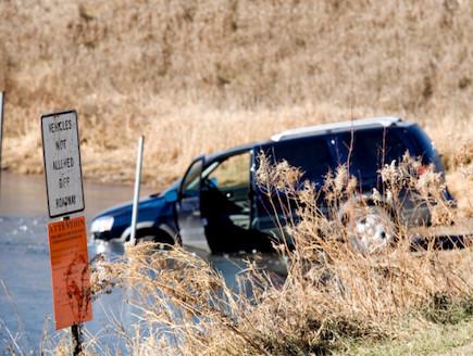 מכונית טובעת (צילום: אימג'בנק / Thinkstock)