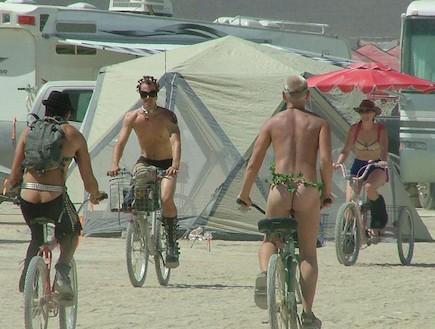 רוכבים על אופניים בברנינג מן