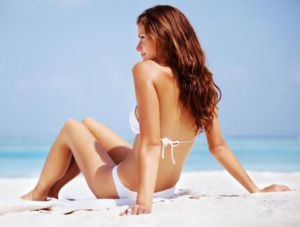 בביקיני על החוף (צילום: אימג'בנק / Thinkstock)