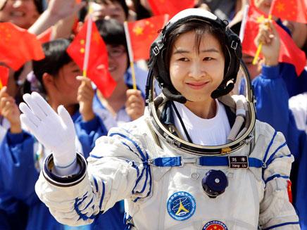 האסטרונאוטית הסינית הראשונה בחלל, היום (צילום: רויטרס)